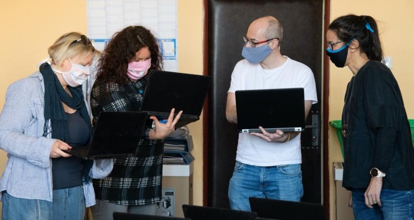 Cover článku Rodinám, které jsou offline, se vzděláváním pomůže síť neziskových organizací, dobrovolníků a firem