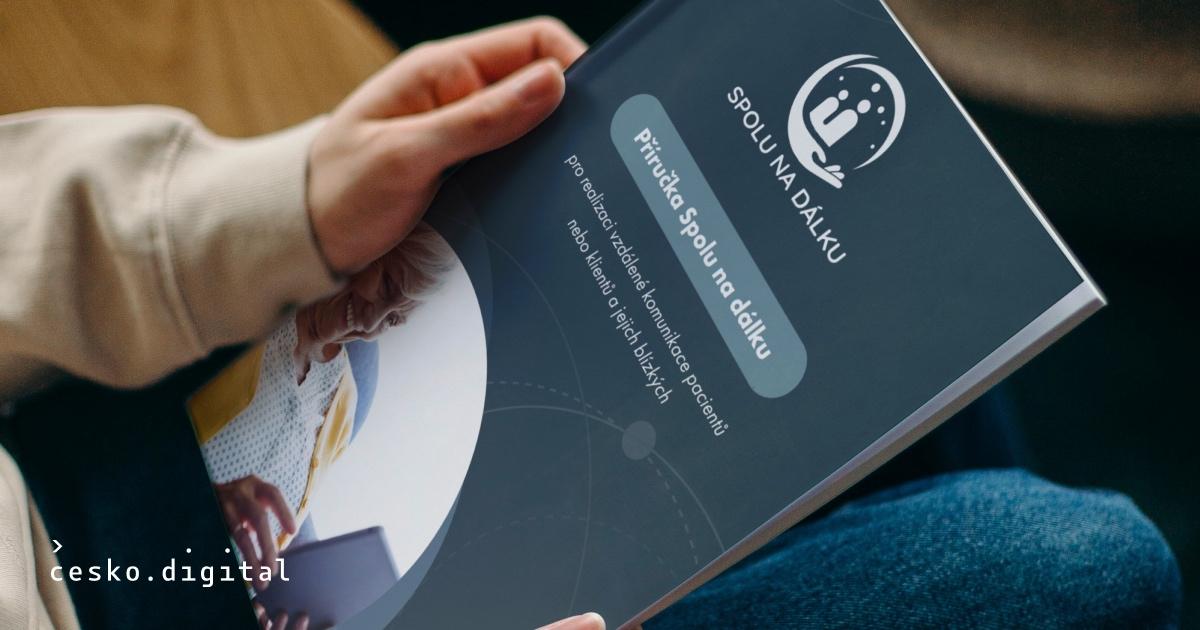 Cover článku Příručka Spolu na dálku poradí, jak umožnit pacientům nemocnic nebo klientům sociálních služeb vzdálenou komunikaci s jejich blízkými